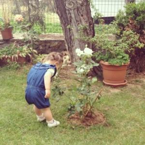 Defne cicek kokluyor - Smelling the flowers with Defne